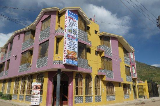 Chivay, Peru: Fachada hotel los portales