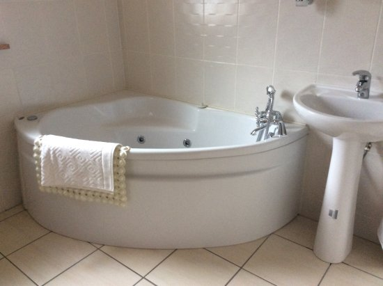 Ballyhaunis, Irlande : Not just any old bathroom, but a jacuzzi! I wish I could take it home!