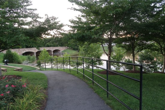 The Westin Washington Dulles Airport: walking path by the pond