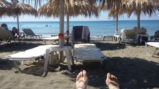 Astron Hotel: Hundert Meter entfernt der Strandbereich. Liegen für 3,50 € mit Freigetränk je Tag