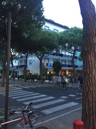 Hotel Dante: Frontansicht Hotel von Pizzeria gegenüber