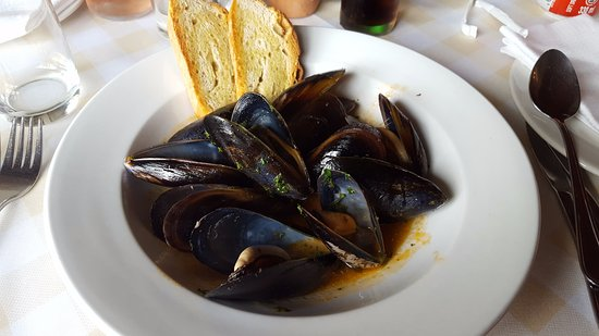 Trafalgar, South Africa: Starter of mussels in garlic and tomato broth with grilled bruschetta