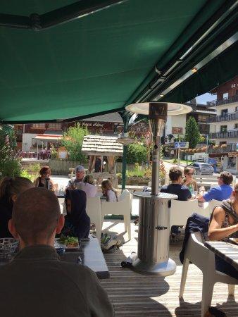 Les Gets, Francia: La terrasse et le dessert du jour, excellent!