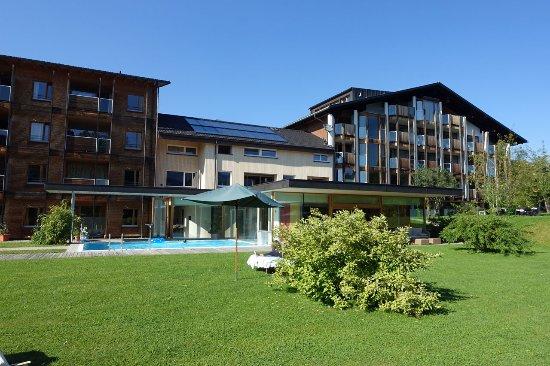 Hittisau, Austria: Garten mit Liegewiese und Pool