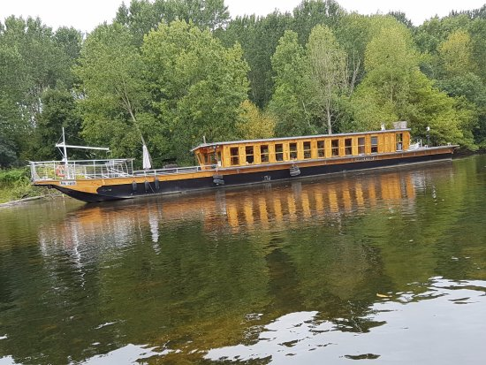un bateau fond plat pour naviguer sur la loire picture of le velo voyageur gentilly. Black Bedroom Furniture Sets. Home Design Ideas