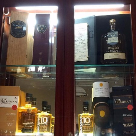 Kinvara, Ireland: Whiskey Cabinet selling Irish whiskey, gins and poitins.