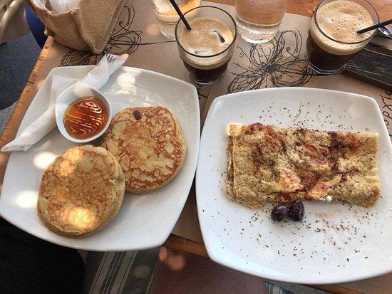 Aegiali, Grecia: Pancakes with honey, omelette and freddo espresso