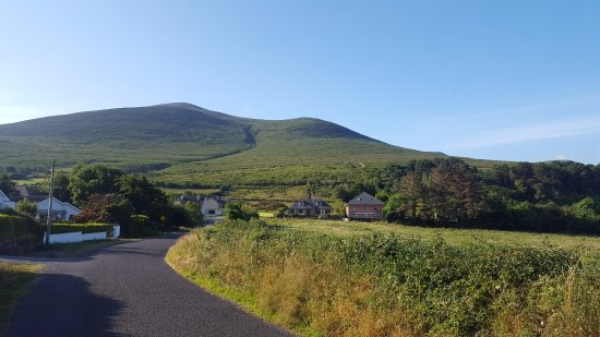 Glenbeigh, Irlanda: Hotel at the foot of the mountain