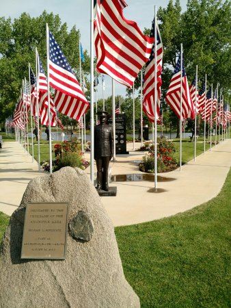 Arlington, SD: Veterans Part at end of lake