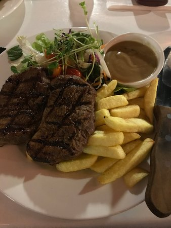 Gympie, Australia: Thick juicy rump steak, mushroom gravy, chips and salad