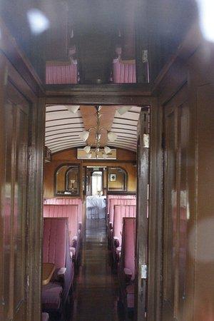 Museo del Ferrocarril: Pela porta o que se pode observar atraves do vidro,