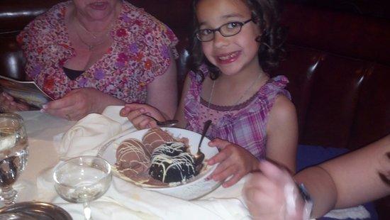 Claremont, Kalifornien: Granddaughter Julie with Desert at Candlelight Dinner Theatre