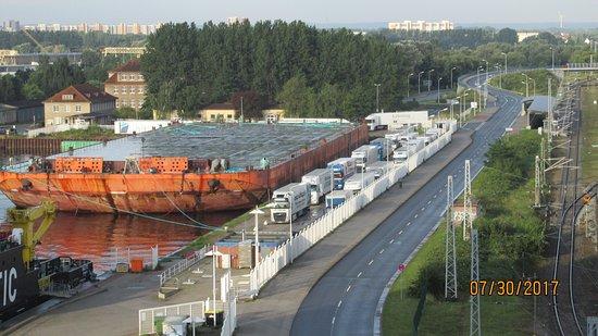 Warnemunde, Germany: Magnificas embarcaciones, notese la fila de camiones