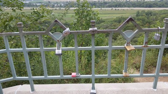 Lewis and Clark Monument and Scenic Overlook: Love locks on the fence at the overlook