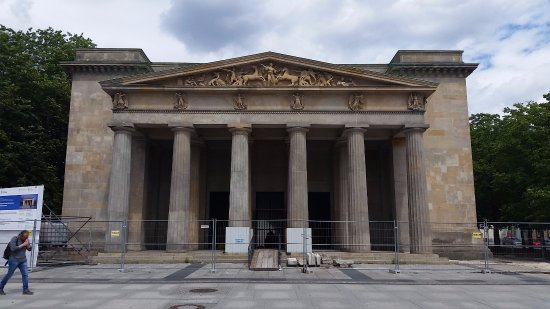 Neue Wache: fences bar access as of July 2017