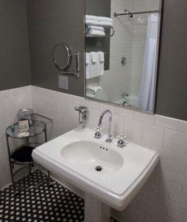 The Lofts Hotel: Nice fixtures, tile and easy-to-use shower in this bathroom.