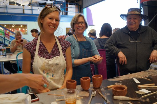 Watsonville, Kaliforniya: Weekend workshops are offered at Annieglass, from pinch pots to printing on tea towels