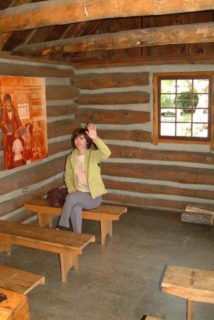 Прескотт, Аризона: Lovely lady pretends to be student in replica of pioneer classroom.