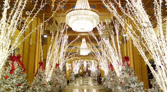 The Roosevelt New Orleans, A Waldorf Astoria Hotel: The hotel lobby sparkles in holiday splendor