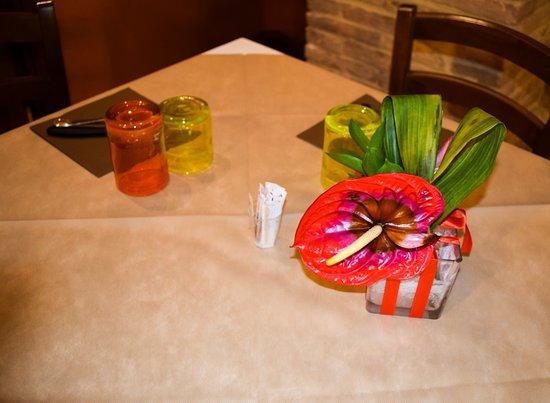 Marsciano, Italien: decorazioni (tutte diverse) nei tavoli