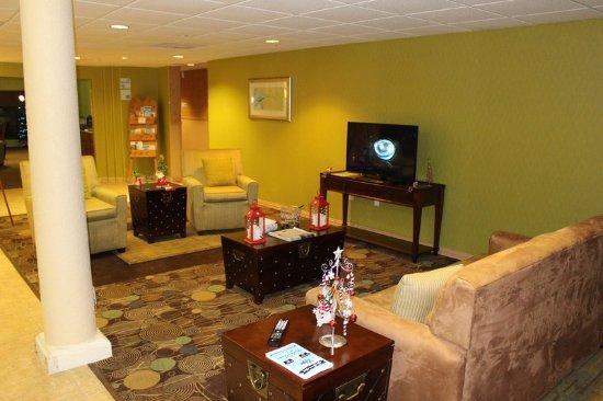 Holiday Inn Express & Suites Elgin : Hotel Lobby