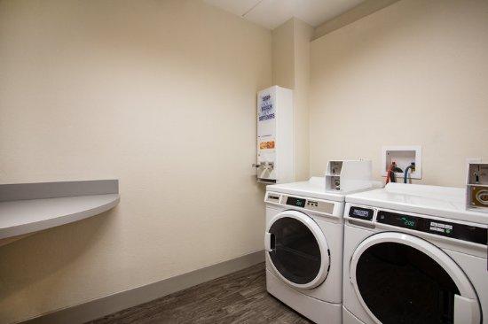 Tavares, FL: Laundry Facility