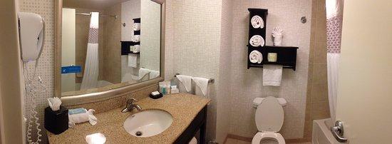 Tunkhannock, PA: Clean bathroon