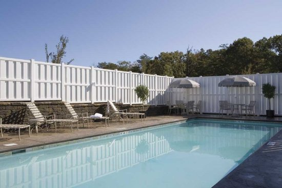 Ruckersville, Wirginia: Swim a lap or just relax in our seasonal, outdoor swimming pool.