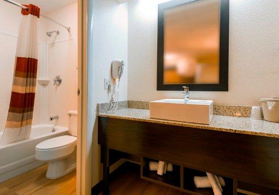 Red Roof PLUS+ San Francisco Airport: Bathroom Vanity