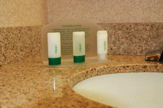 Holiday Inn Express Springfield: Guest Bathroom