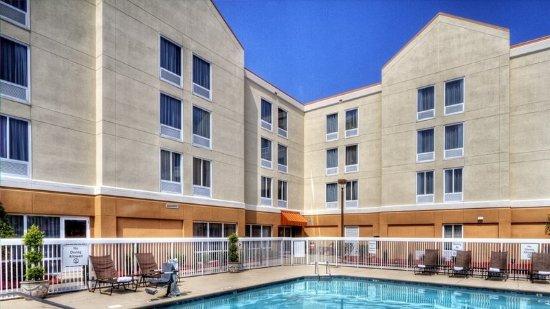 กรีนวิลล์, นอร์ทแคโรไลนา: Take a dip in the pool to cool off after a hot day