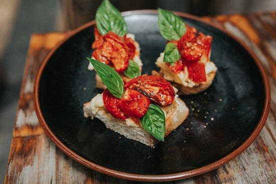 Casuarina, Australien: Crunchy bruschetta of house-smoked, semi-dried & local tomatoes, fresh garden basil & scamorza (
