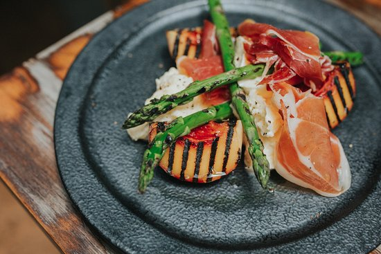 Casuarina, Australien: Char Grilled pear salad with asparagus, prosciutto and fior di latte mozzarella salad. (gf)