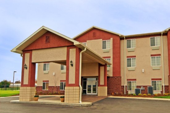 Paola Inn and Suites: Exterior