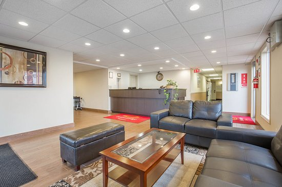 Taber, Canada: Lobby with sitting area