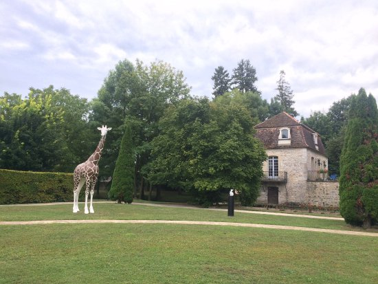 Gilly-les-Citeaux, France: L'entrée du restaurant et le jardin