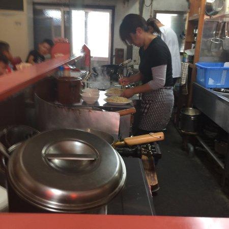 Saijo, Japan: 広島から食べたくなりかよってしまう焼き飯。 田舎の小さな中華料理店です 量も程よく半分ぐらいたべてソースをかけて たべている方がたくさんいました  JR壬生川駅の近く 駐車場もあり 目の前に路