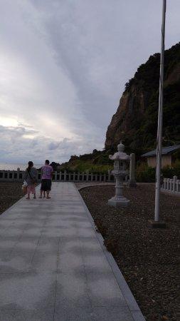 Echizen-cho, Japan: 越前岬の南側にある玉川洞窟観音。洞窟の中に石仏が納められています。必見の価値有り。