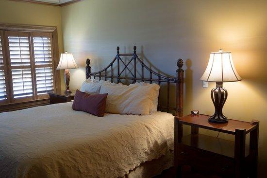 Geneva, IL: Bedroom River Suites
