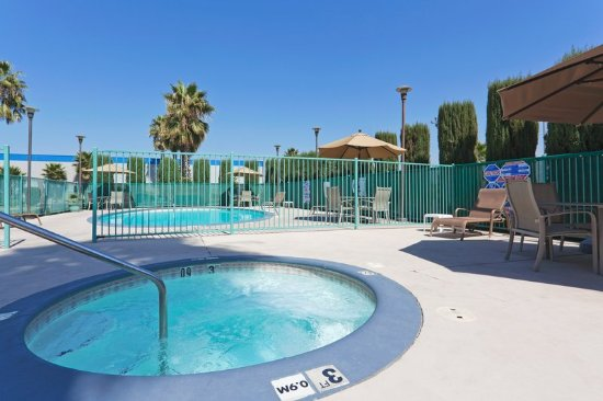 Holiday Inn Express Bakersfield: Relax in our Whirlpool