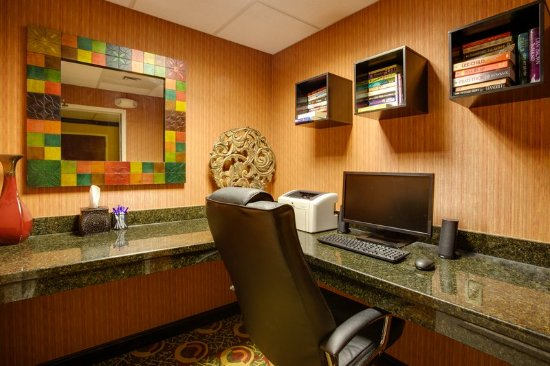 Holiday Inn Express Hotel & Suites Charleston/Ashley Phosphate: Business center available 24/7. Enjoy our lending library also.