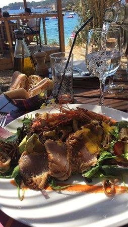 Le Pradeau plage : Une assiette belle du poisson frais un service au top et un cadre magnifique.