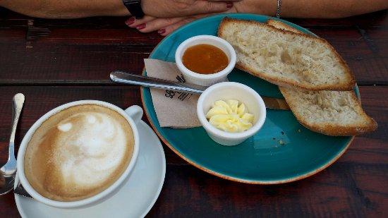 Desayuno tradicional fotograf a de la rollerie alcala de for Desayuno frances tradicional