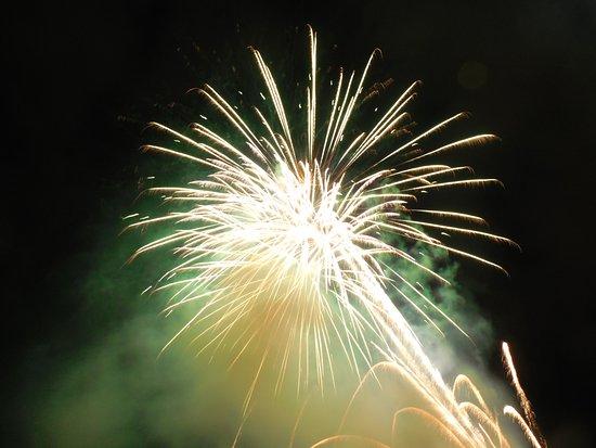 Friday Night Fireworks at Hilton Hawaiian Village Waikiki Beach Resort: 目の前で上がる花火