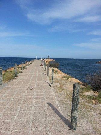 Tunis Governorate, Tunisia: До маяка можно прогуляться пешком по свежему воздуху и легкому бризу.