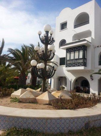 Tunis Governorate, Tunisia: Очень красивый фонарь у белого дома, залюбовались во время прогулки в Порт-эль-Кантауи