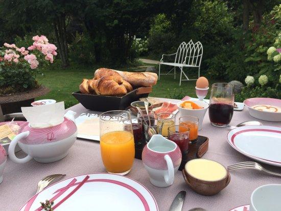 Saulieu, France: Un jardin magnifique