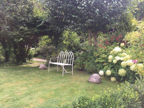 Saulieu, France: Un jardin magnifique et serein