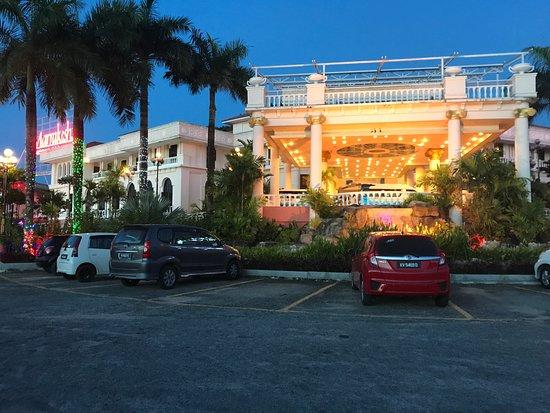 Pantai Cenang, Malaysia: Aseania hotel at night