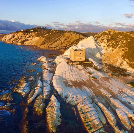 Riserva Naturale di Punta Bianca: L'antico edificio sulla marne bianche